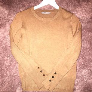 Beige tröja från zara i storlek S/M, knappt använd!