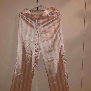 Ljusrosa å vit randiga pyjamas byxor från chiquelle  Köpta för 350kr