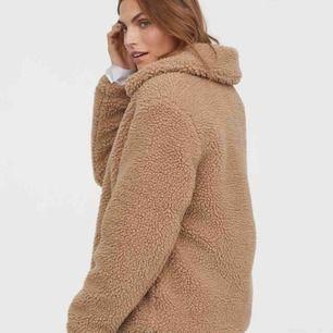Väärldens snyggaste teddy jacka i en oversized modell. Storlek L på lappen men passar dom flesta storlekarna!! Frakt tillkommer.  Pris kan diskuteras