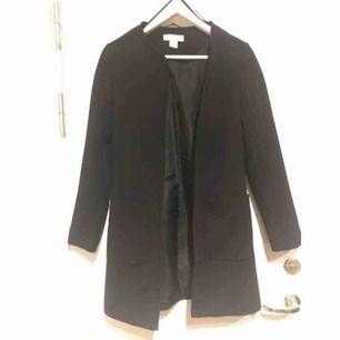 Svartkappa från H&M Storlek 32 Pris 50kr Hämtas i Bromma eller skickas, köparen står då för frakt