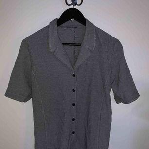 kortärmad skjorta köpt second-hand. bra kvalite. sitter oversized på mig som vanligtvis har XS. frakt ingår inte!👼🏼