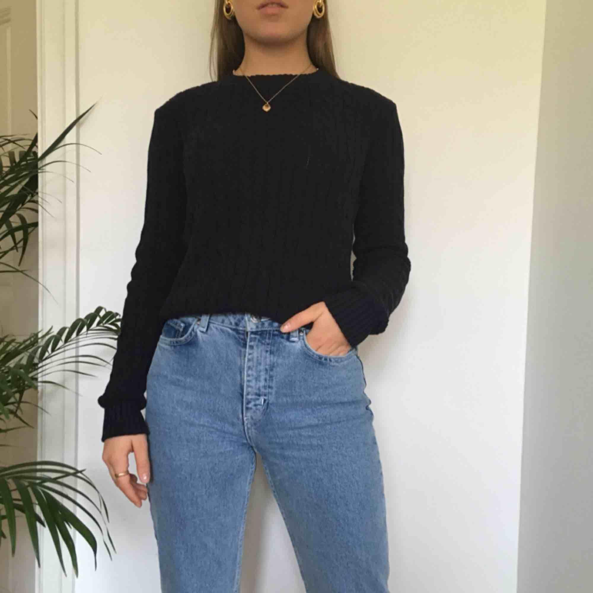 En skön kabelstickad, marinblå tröja från american appereal. Riktigt bra kvalité! Vi möts gärna upp i Stockholm men pm frakt betalar köparen det. Stickat.