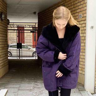 ✨Stor mysig lila vinterjacka med svart fluff✨Gosigaste stora kragen/luva av fluffigt material🖤FRAKT INGÅR🖤 Möts gärna upp i Göteborg!