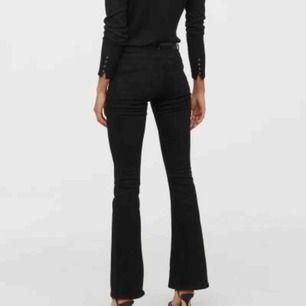 Säljer ett par aldrig använda Mini flare high jeans från H&M pga fel storlek. Slutsålda. Möts på söder eller postar då köparen står för fraktavgiften.