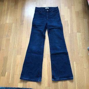 Vida Acne jeans strlk 27/32. En lite vit missfärgning i tyger, se bild, den är på baksidan av en låret. Kan skicka fler bilder.