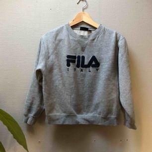 Säljer en grå Filasweatshirt i stl xs-s.