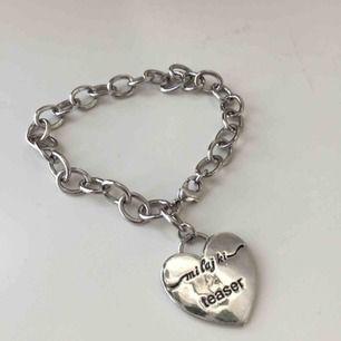 Armband med hjärta med texten teaser. Skickar på posten. Frakt 9 kr.