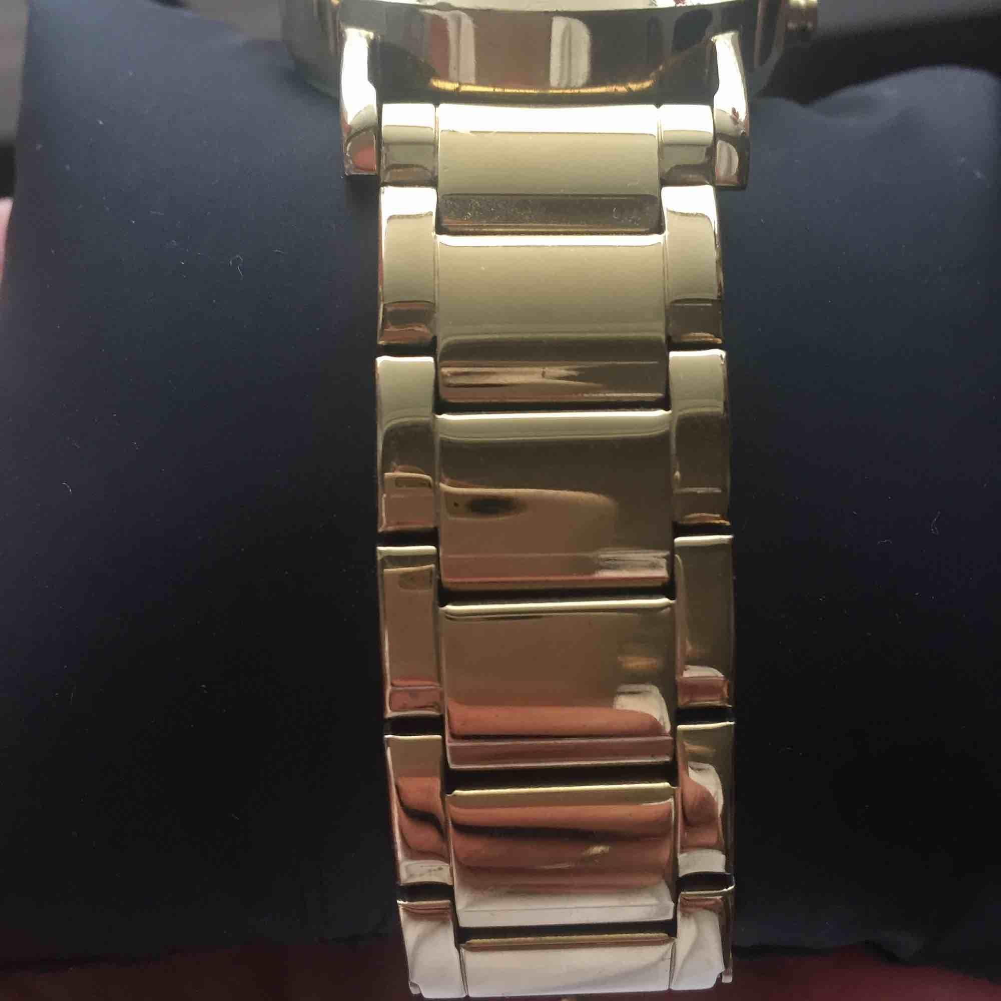 Enkel och stilren guldklocka från DKNY. Använd och i bra skick, men med några repor på uret samt på armbandet. Länk till armbandet för att göra den större finns.   Köparen betalar frakt annars kan köp göras i Göteborg.. Accessoarer.
