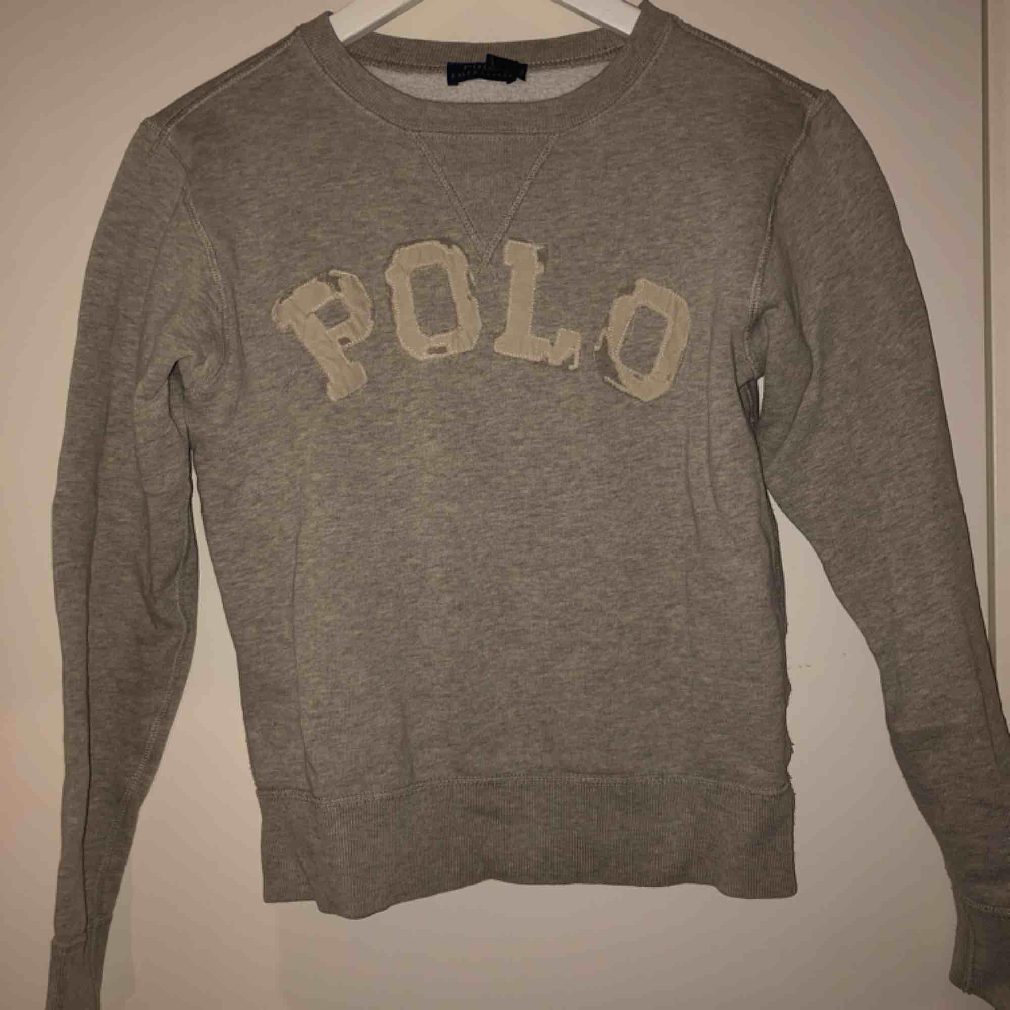 Ralph Lauren grå crewneck med slitningar använd fåtal gånger nypris ca 1200kr . Huvtröjor & Träningströjor.