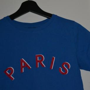Paris tee 🇫🇷  superfin och lätt att matcha! Frakt ingår ej