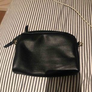 en mellanstor väska från lindex