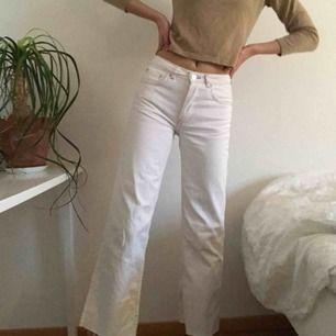 🦋Vita utsvängda jeans med kontrast sömmar från Zara🦋  Frakt: 54 kr Materialet är inte stretchigt Storlek: 32 Jag är 170cm och brukar ha XS