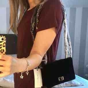 Helt ny svart sammetsväska med grå kedja. En lite mindre väska, aldrig använd! Jag står för frakt😊