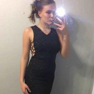 Helt ny ( endast testad ), en fin glittrig aftonklänning eller kanske till bal?  Den är i strl XS