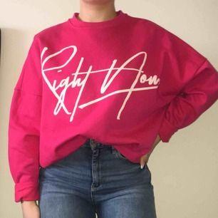 Ceriséfärgad sweatshirt i jättefint skick! Använd endast en gång. Frakt tillkommer