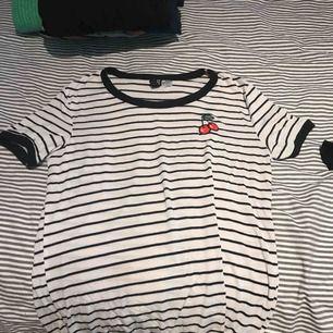 svart och vit randig med ett körsbär