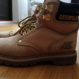 Caterpillar kängor i storlek 37. Köpta för ett tag sedan men dags att rensa garderoben. Kängorna är i fint skick men färgen ändras självklart lite efter ett tag. Kan tänka mig gå ner i pris vid snabbaffär. Om man vill ha skorna fraktade så står köparen för frakt. Skorna finns i spånga, Stockholm