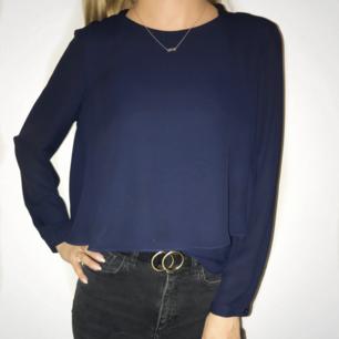 Riktigt snygg blus från Zara i mycket fint skick. Färgen är mörkare i verkligheten. Frakt tillkommer vid köp.
