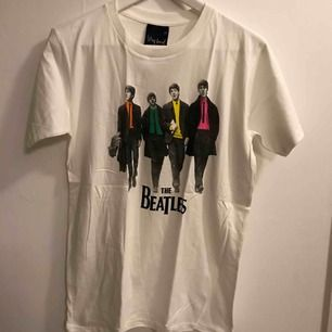 The Beatles Walking Down The Street t-shirt, stl XL, finns ca 10st kvar. Från axel ner är den ca 71cm och på bredden från armhåla till armhåla är den ca 52cm. Den är ny och aldrig använd. Kan hämtas upp i Enskededalen eller skickas mot porto 18:-