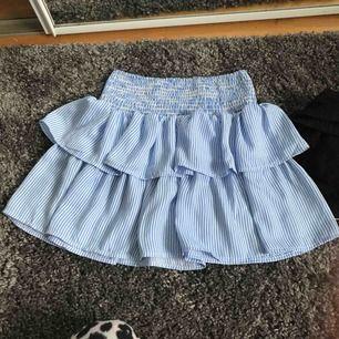 En jätte fin kjol från Cubus som är använd fåtal gånger. Den är i storlek 146/152 men passar en XS! Köparen står för frakten😊