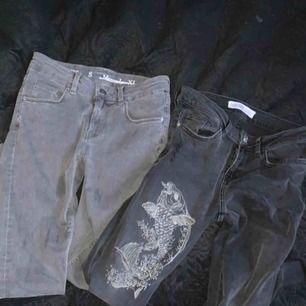 två par lågmidjade jeans jag aldrig använt. gråa paret köpt på bikbok och den med tryck från zara. paketpris 150 för båda eller 100kr per styck. frakt ingår inte! 🐣
