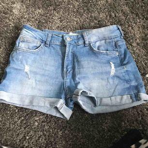 Ett par blå shorts från bershka! Köparen står för frakten:)
