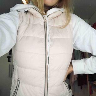 En fin puderrosa väst. Ganska tunn så passar bra över en hoodie eller jacka. Figursydd i en fin färg!