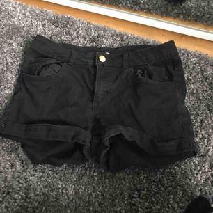 Ett par svarta shorts från hm! Köparen står för frakten:)