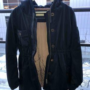 Säljer min Odd Molly jacka, storlek 36 (Small).  Passar perfekt som höst -och vinterjacka.   Nypris: 1600kr Säljes för: 500kr
