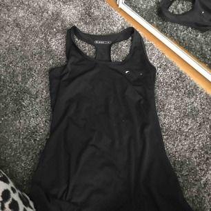 Ett tränings linne från soc! Märket är borta drf det låga priset, köparen står för frakt:)