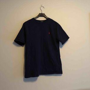 Polo Ralph Lauren T-shirt, Storlek XL(18-20) men motsvarar S/M beroende på hur man vill att den ska sitta.