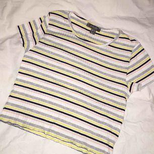 Oanvänd tröja, skulle säga att den är en S/M, Såå fin tyvärr för liten