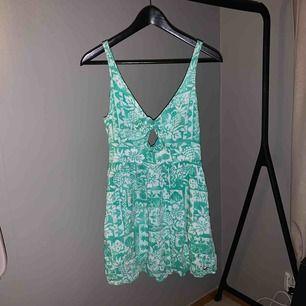 Superfin grön klänning från hollister Säljer då den är för liten  Dragkedja på ryggen så man kan komma i den Använt max 3 gånger  Kontakta för mer info