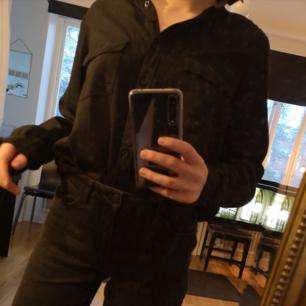 Snygg svart skjorta i jättebra skick, använd typ 5 ggr :)