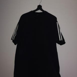 Skön och enkel t-shirt ba :)   Det står M i tröjan men skulle definitivt säga att det är en L.