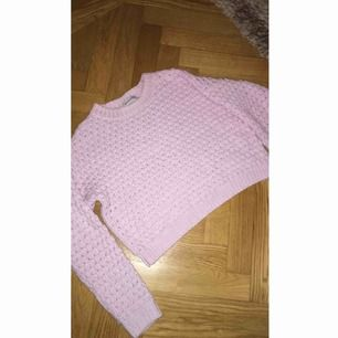 Lilarosa stickad tröja, den är lite croppad! Knappt använd