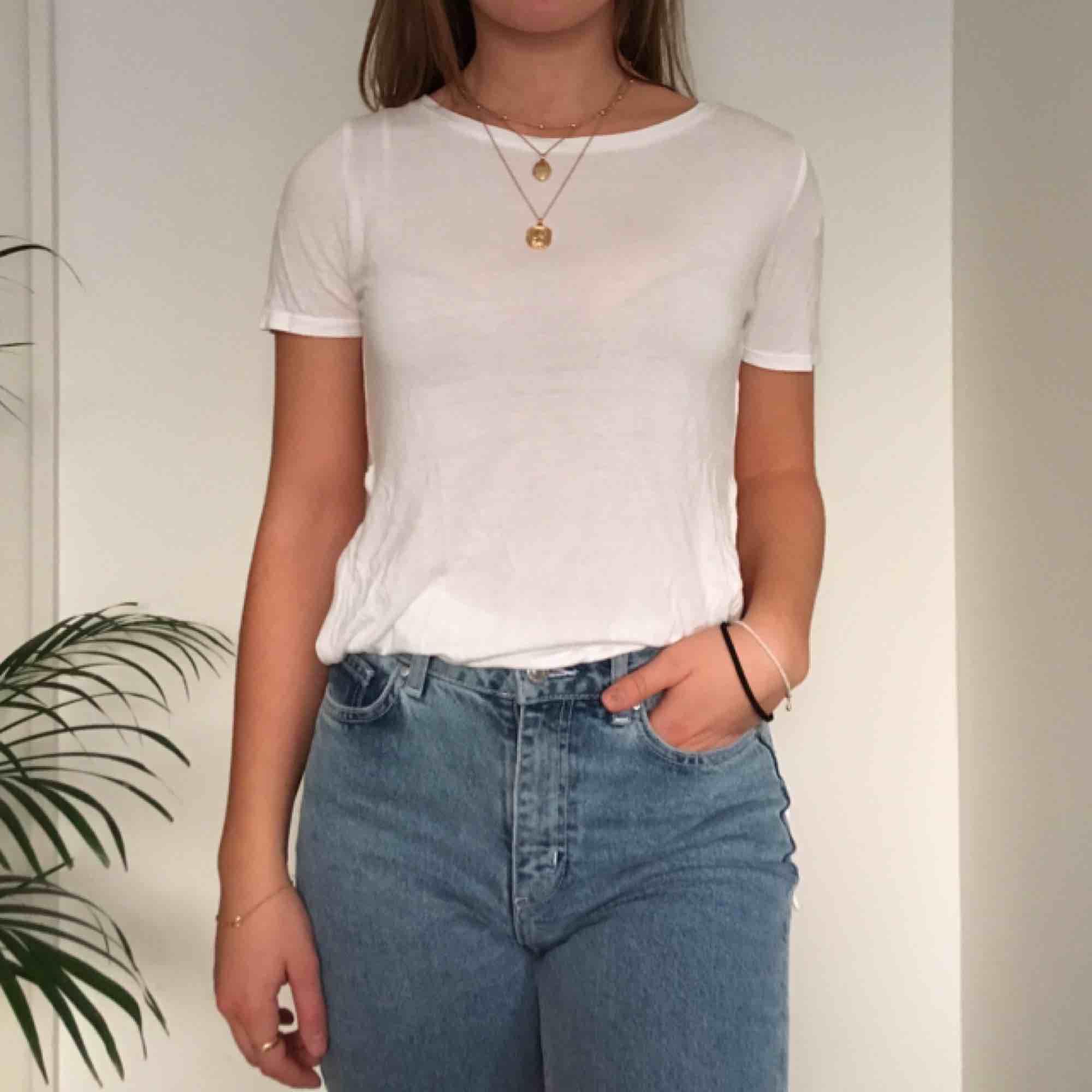 En sval vit t-shirt med slitsar på sidorna. Vi möts gärna upp i Stockholm men pm frakt betalar köparen det. T-shirts.
