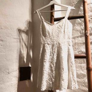 Jättefin klänning i spets, perfekt för skolavslutning och student! Sparsamt använd, köparen står för eventuell frakt, jag kan mötas upp i Helsingborg.