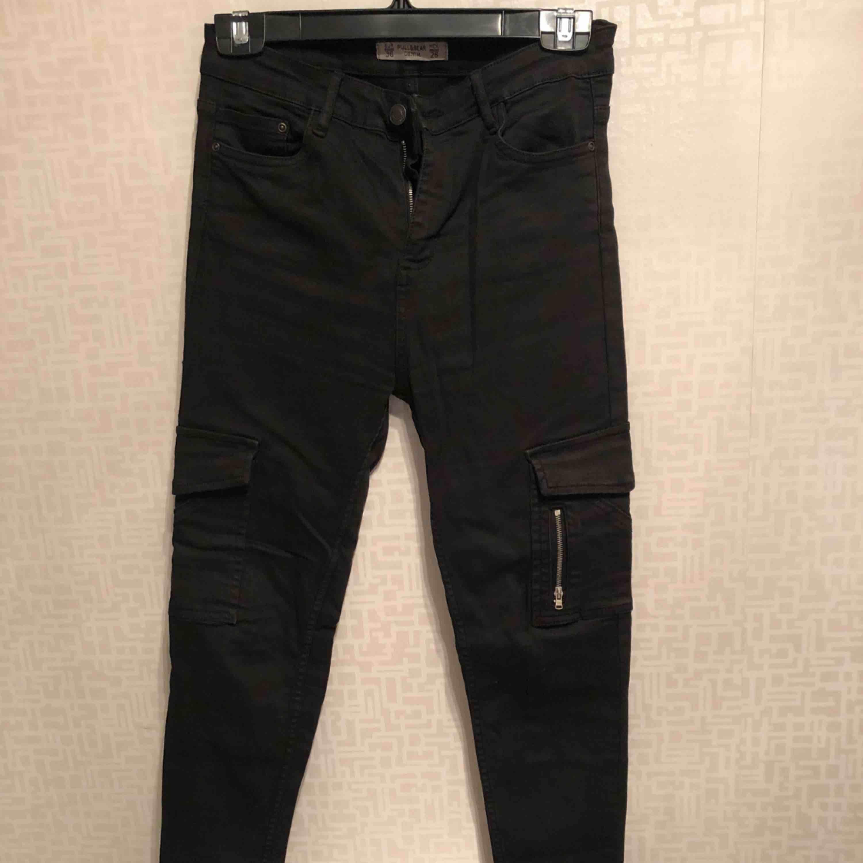 Jätte dina jeans från Pull&Bear  Säljer på grund av dom är för stora för mig Använda bara fåtal gånger så byxorna är i jätte bra skick. Jeans & Byxor.