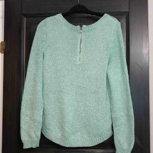 Turkos stickad tröja med glitter och dragkedja i ryggen. i nyskick. Aldrig använd, endast provad. Köparen betalar frakten (ca 45kr) eller hämtar upp kläderna i Skärholmen (Bredäng). Kan även mötas upp i Skärholmen.