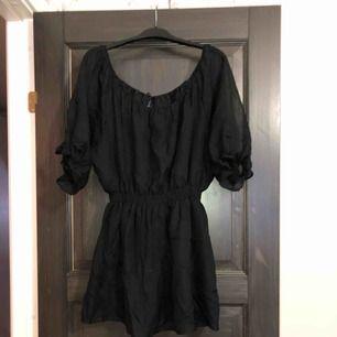 Svart klänning i nyskick. Aldrig använd, endast provad. Köparen betalar frakten (ca 45kr) eller hämtar upp kläderna i Skärholmen (Bredäng). Kan även mötas upp i Skärholmen.