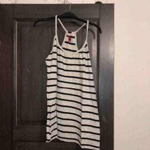Randigt linne i nyskick. Aldrig använd, endast provad. Köparen betalar frakten (ca 45kr) eller hämtar upp kläderna i Skärholmen (Bredäng). Kan även mötas upp i Skärholmen.