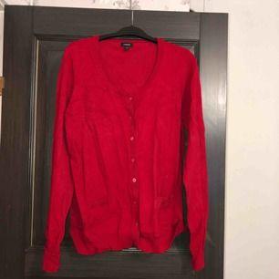 Röd kofta/cardigan storlek extralarge men passar large och en stor medium i nyskick. Aldrig använd, endast provad. Köparen betalar frakten (ca 45kr) eller hämtar upp kläderna i Skärholmen (Bredäng). Kan även mötas upp i Skärholmen.