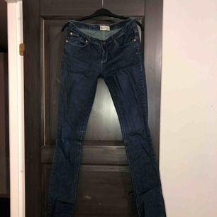 Storlek 28 midja o 32 längd. Passar small och liten medium. Jag är 175cm. Jeansen är i nyskick. Aldrig använd, endast provad. Köparen betalar frakten (ca 45kr) eller hämtar upp kläderna i Skärholmen (Bredäng). Kan även mötas upp i Skärholmen.