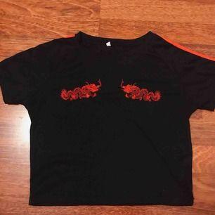 Jättefin oanvänd t-shirt. T-shirt är i storlek L men känns mer som en S✨✨