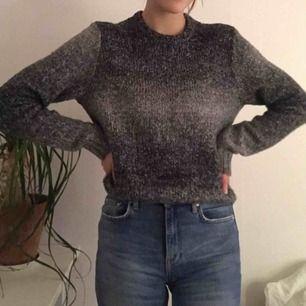 """🦋Såå mysig grå """"ombre"""" stickad tröja från Hollister🦋 Frakt: 54 kr Jag är 170 cm och brukar ha XS"""