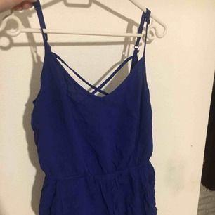 En fin blå jumpsuit från hm, sällan använd och i bra skick, korsad i ryggen, frakt 39kr