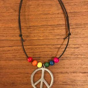 Peace & Pride halsband med ställbara knutar så längden går att reglera. 19:- plus frakt 9:- = 28:-