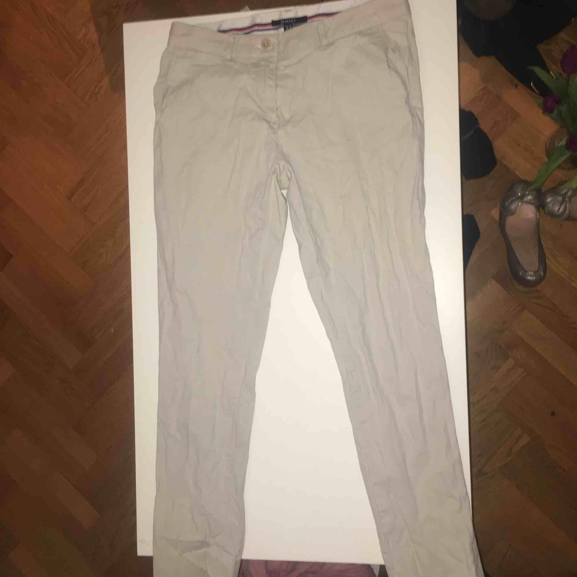 Ljusa byxor från Gant i nyskick. Frakt tillkommer.. Jeans & Byxor.
