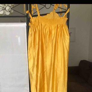 jättefin gul klänning som man knyter axelbanden på! storlek 44 köparen betalar frakt! endast swish!!